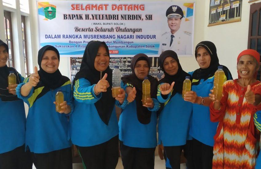 Indonesische vrouwengroep verkoopt notenolie