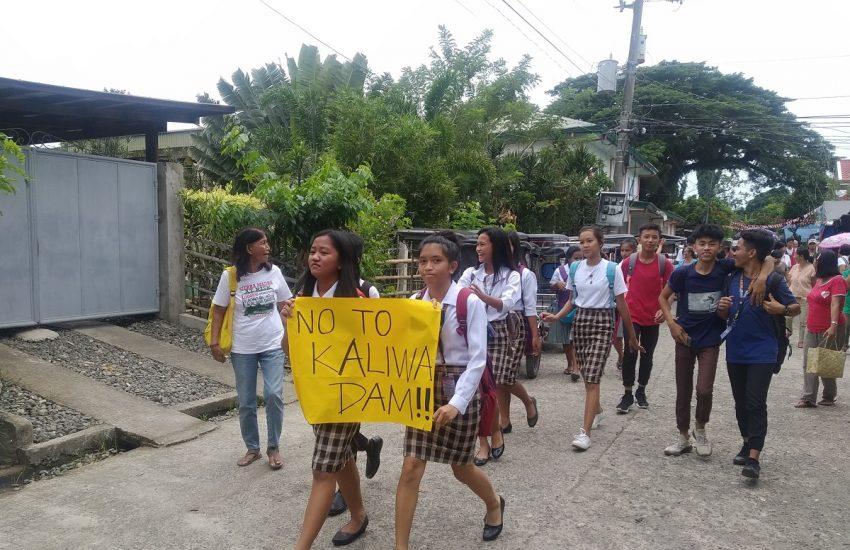 Groep meisjes protesteert tegen Kaliwa dam