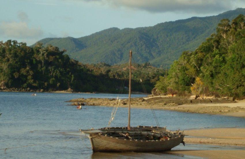 kust Madagascar met vissersboten (c) Rob Glastra