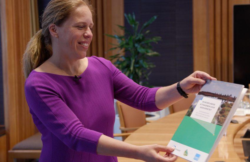 Actieagenda biodiversiteit aangeboden aan Carola Schouten